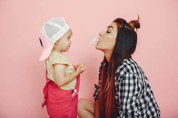 Madre e hija se divierten en un estudio Foto gratis