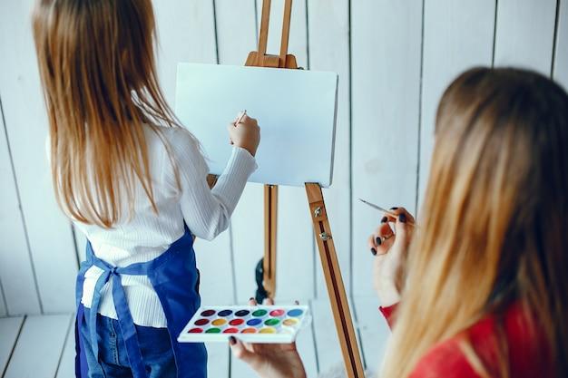 Madre e hija están dibujando Foto gratis
