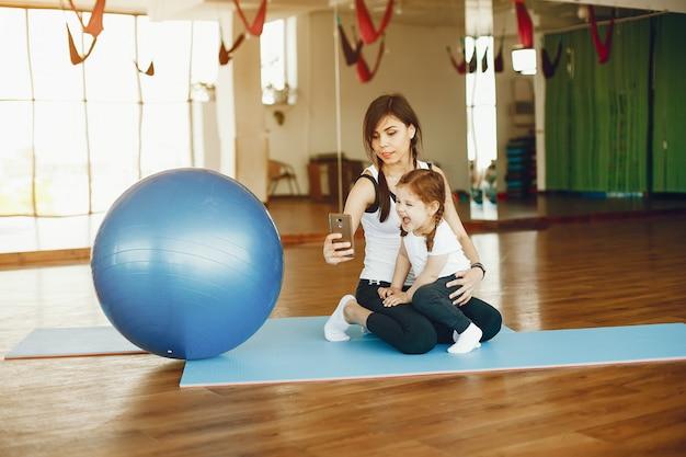 Madre e hija con fitball Foto gratis