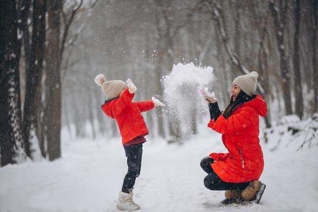 Madre e hija jugando en el parque de invierno Foto gratis
