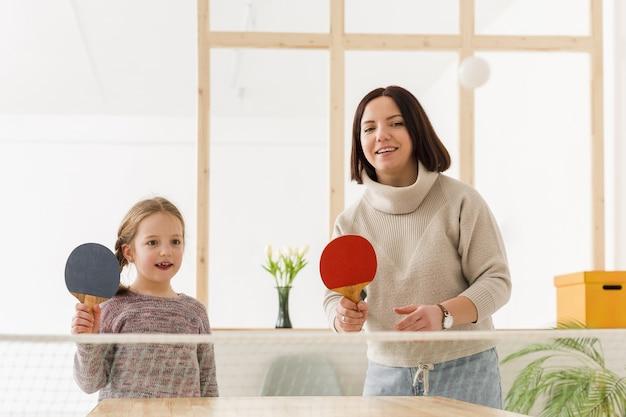 Madre e hija jugando ping pong Foto gratis
