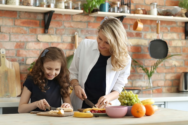 Madre e hija preparando el desayuno Foto gratis