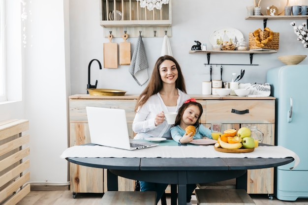 Madre e hija tomando el desayuno Foto gratis