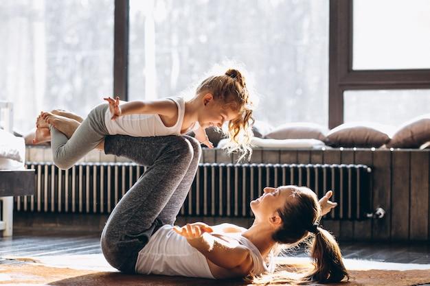 Madre e hija yoga en casa Foto Premium