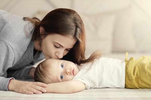 Madre e hijo en la cama, mamá besa a su hijo, sentimientos, relación de  madre e hijo, | Foto Premium