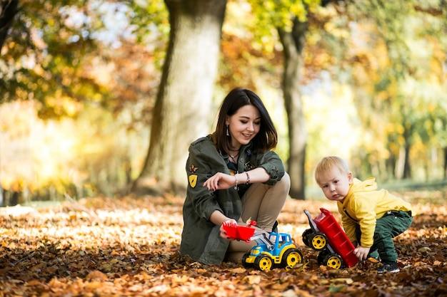 Madre E Hijo En El Parque De Otoño