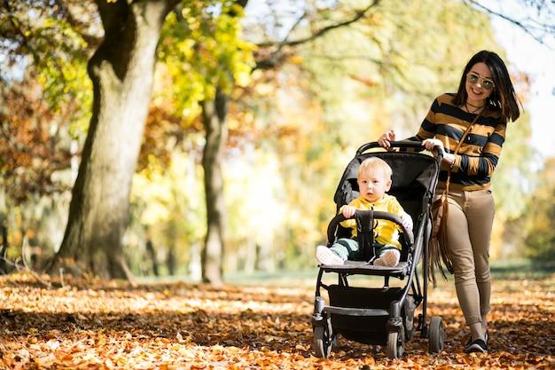Madre e hijo en el parque de otoño Foto gratis