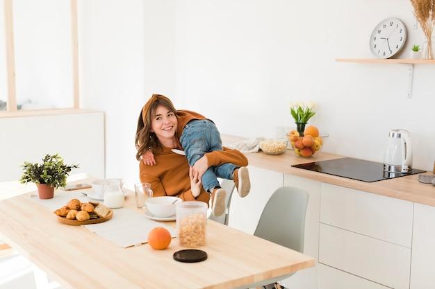 Madre e hijo pasando un buen rato Foto gratis
