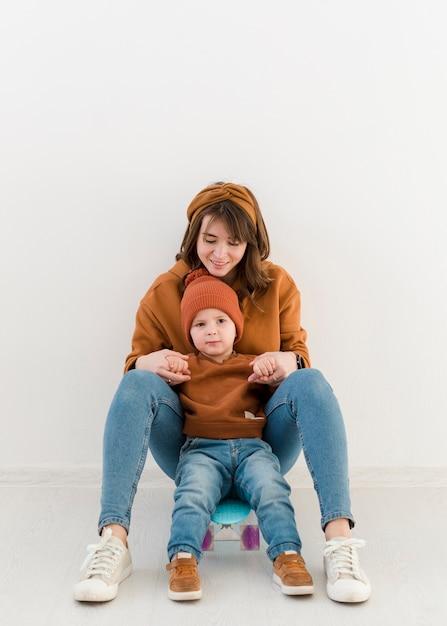 Madre e hijo en patineta Foto gratis