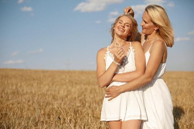 Madre con hermosa hija en un campo de otoño Foto gratis