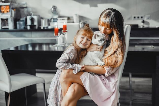 Madre con hija en casa Foto gratis
