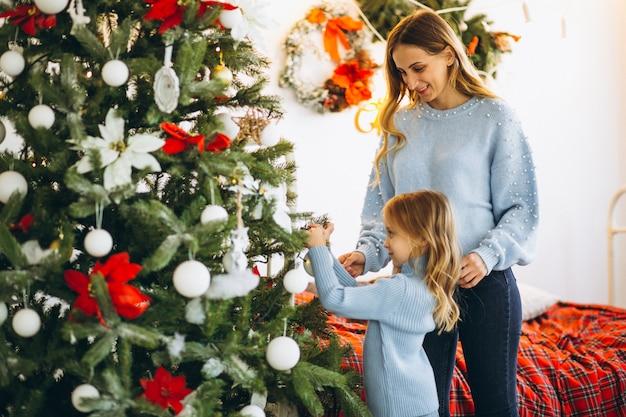 Madre Con Hija Decorar árbol De Navidad Descargar