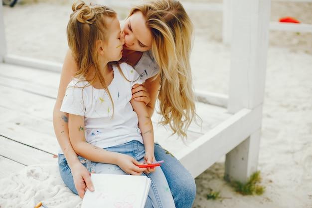 Madre con hija dibujando en un parque Foto gratis