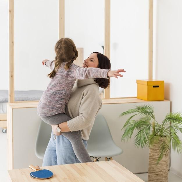 Madre con hija encantadora Foto gratis