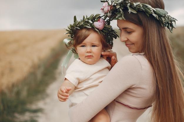Madre con hija jugando en un campo de verano Foto gratis