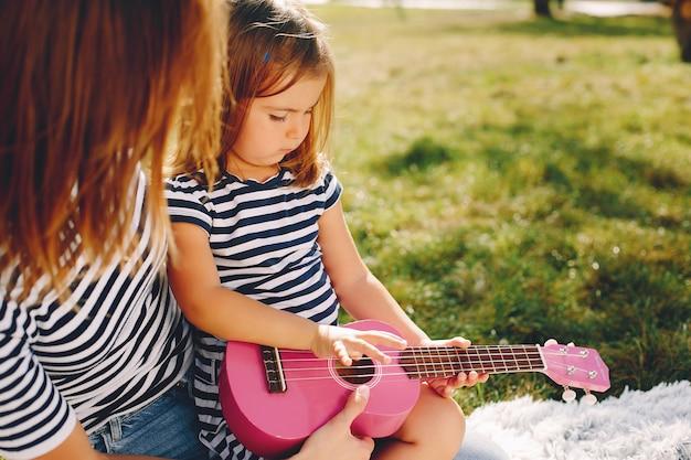 Madre con hija jugando en un parque de verano Foto gratis