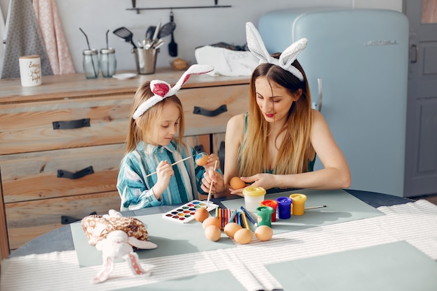 Madre con hija pequeña en una cocina Foto gratis