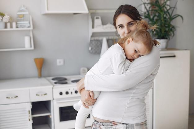 Madre con hija pequeña divirtiéndose en casa Foto gratis