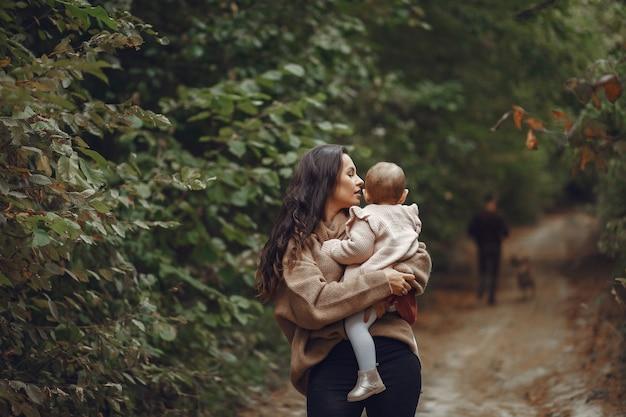Madre con hija pequeña jugando en un campo Foto gratis