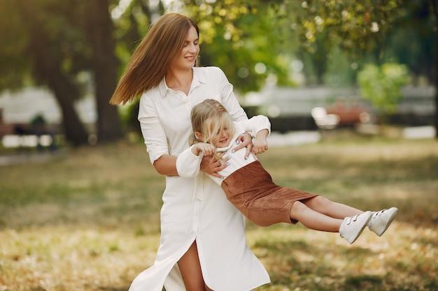 Madre con hija pequeña jugando en un parque de verano Foto gratis