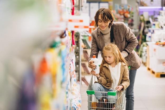 Madre con hija en una tienda de comestibles Foto gratis