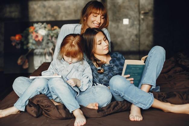 Madre con hijas en casa Foto gratis