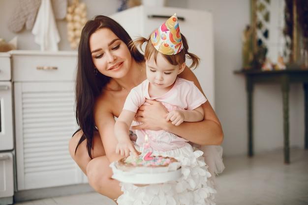 Madre con hijita en una habitación. Foto gratis