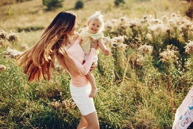 Madre con hijita Foto gratis