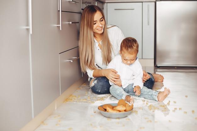 Madre con hijo en casa Foto gratis