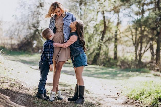 Madre con hijo e hija juntos en el parque Foto gratis