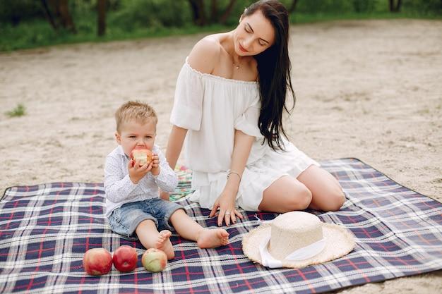 Madre con hijo jugando en un parque de verano Foto gratis