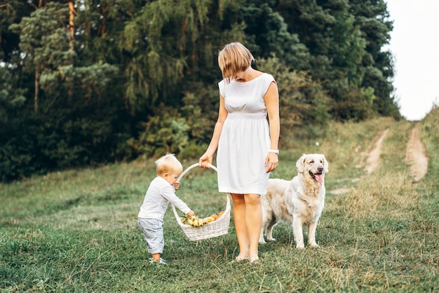 Madre con hijo y perro en picnic al aire libre Foto Premium