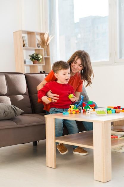 Madre jugando con su hijo Foto gratis