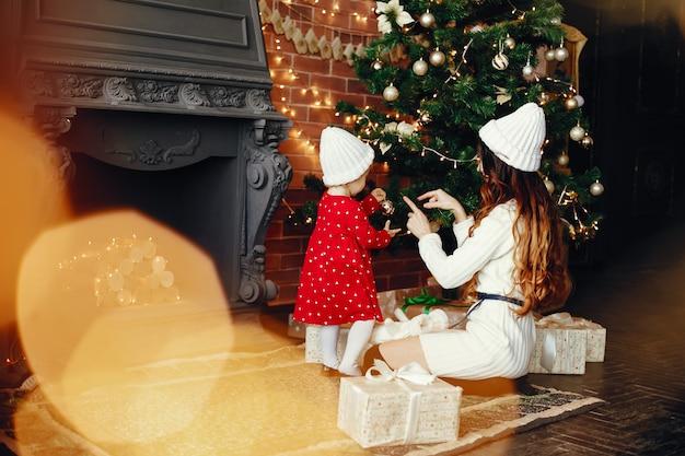 Madre con linda hija en casa Foto gratis