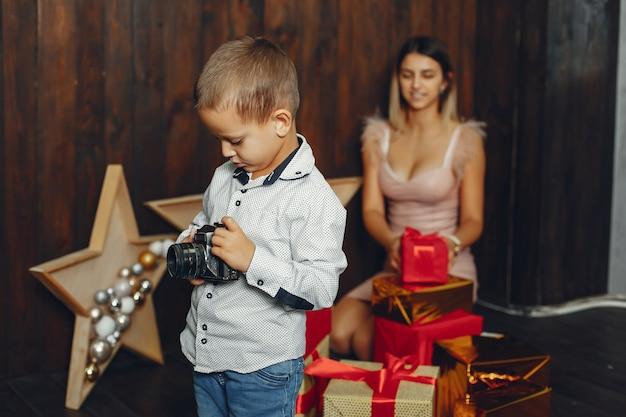 Madre con lindo hijo celebrando la navidad Foto gratis