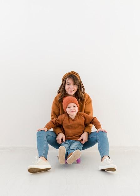 Madre con niño en patineta Foto gratis
