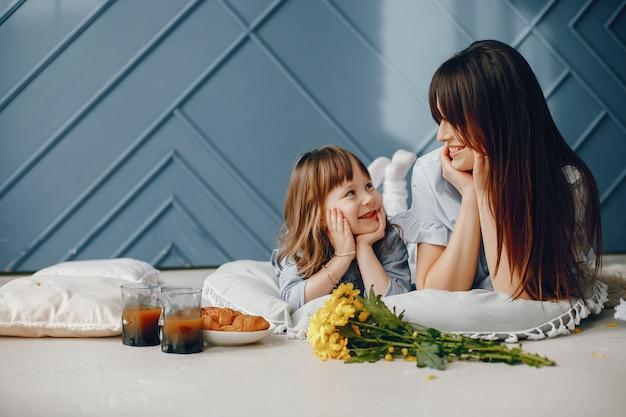 Madre con niño pequeño en casa Foto gratis