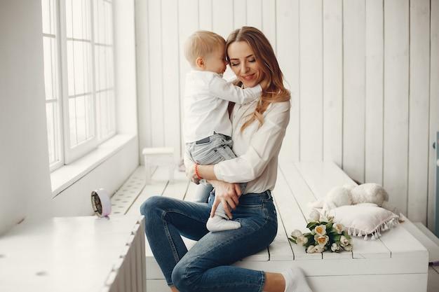 Madre con niño pequeño en hme Foto gratis