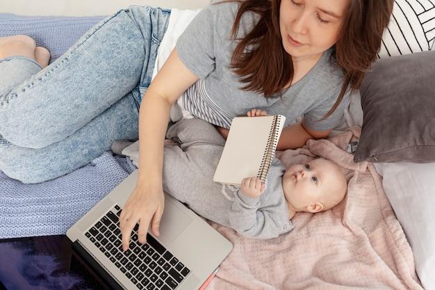 Madre con su hijo en casa Foto gratis