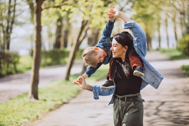 Madre con su pequeño hijo divirtiéndose en el parque Foto gratis