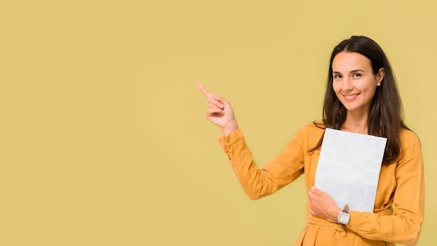 Maestra apuntando junto a ella con espacio de copia Foto gratis