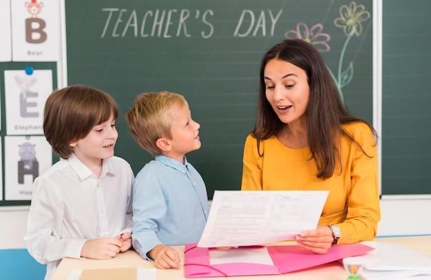 Maestra ayudando a sus alumnos en clase Foto gratis
