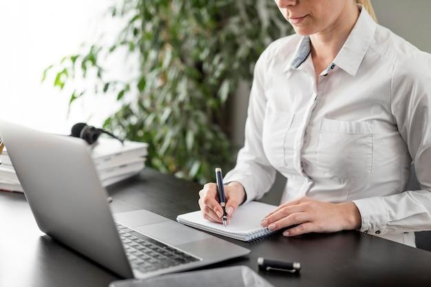 Maestra haciendo sus clases en línea en su computadora portátil Foto Premium