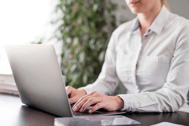 Maestra haciendo sus clases en línea Foto gratis