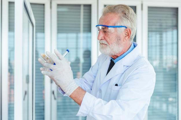 Maestros de ciencias trabajando con químicos de vidrio transparente en laboratorio Foto Premium