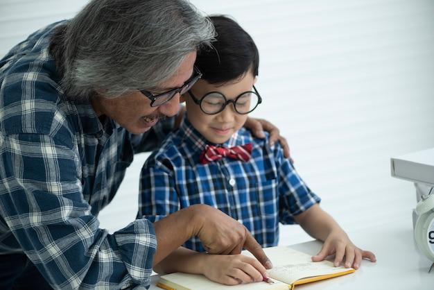 Maestros mayores están enseñando a los estudiantes a hacer tareas Foto Premium