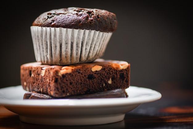 Magdalena de chocolate en el brownie de chocolate en palte blanco con oscuro Foto Premium