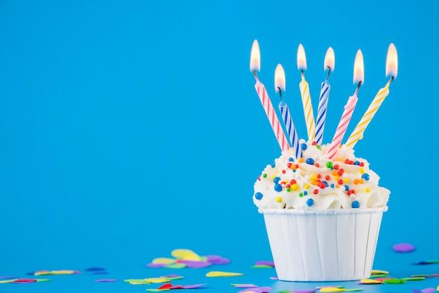Magdalena de cumpleaños con una vela Foto gratis