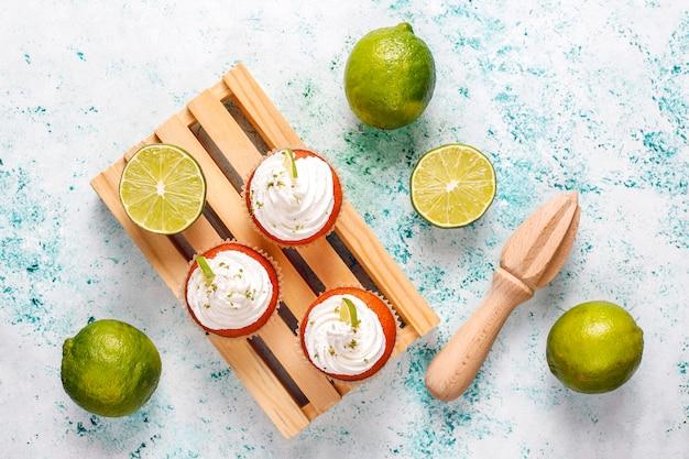 Magdalenas caseras de lima con crema batida y ralladura de lima, enfoque selectivo Foto gratis