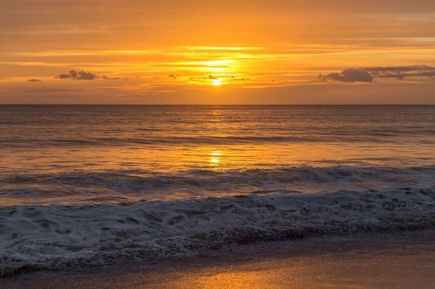 Mágico atardecer dorado en la playa portuguesa. algarve Foto Premium